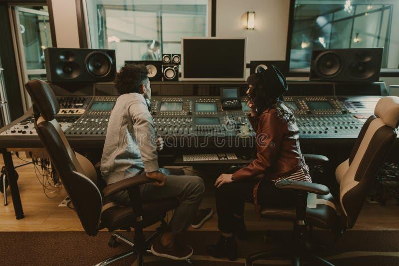 producteurs sains s'asseyant au studio d'enregistrement photographie stock libre de droits