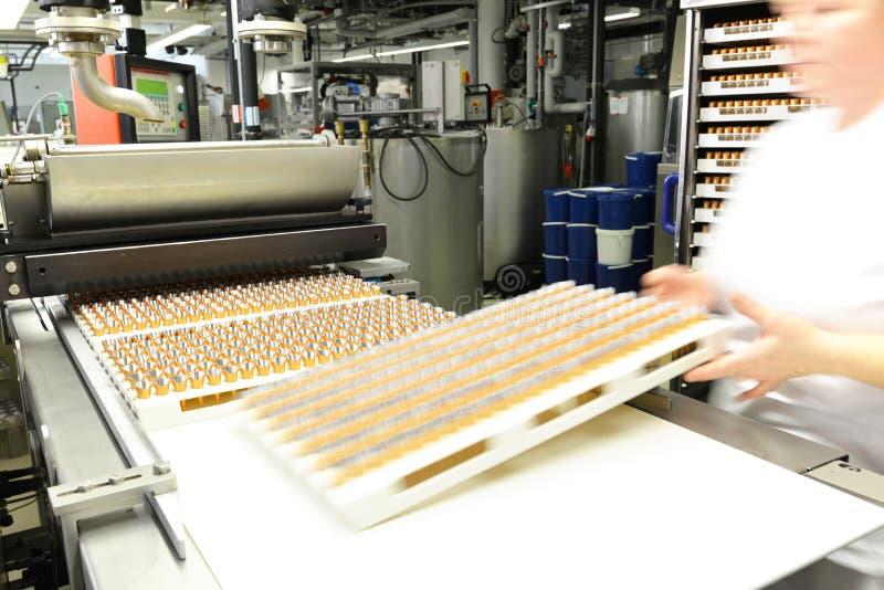 Productie van pralines in een fabriek voor de voedselindustrie stock afbeeldingen