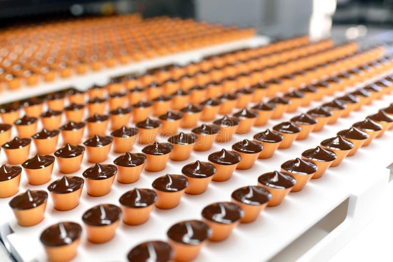 Productie van pralines in een fabriek voor de voedselindustrie - auto royalty-vrije stock foto