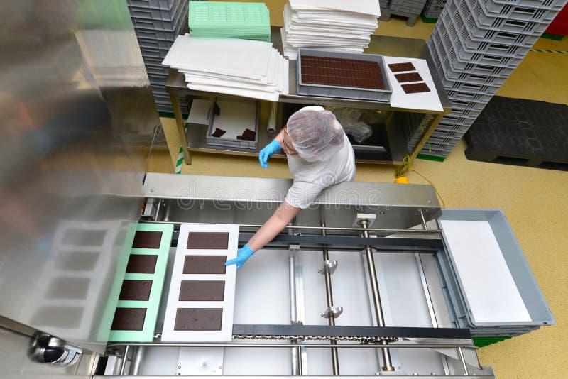 Productie van pralines in een fabriek voor de voedselindustrie - conv stock foto