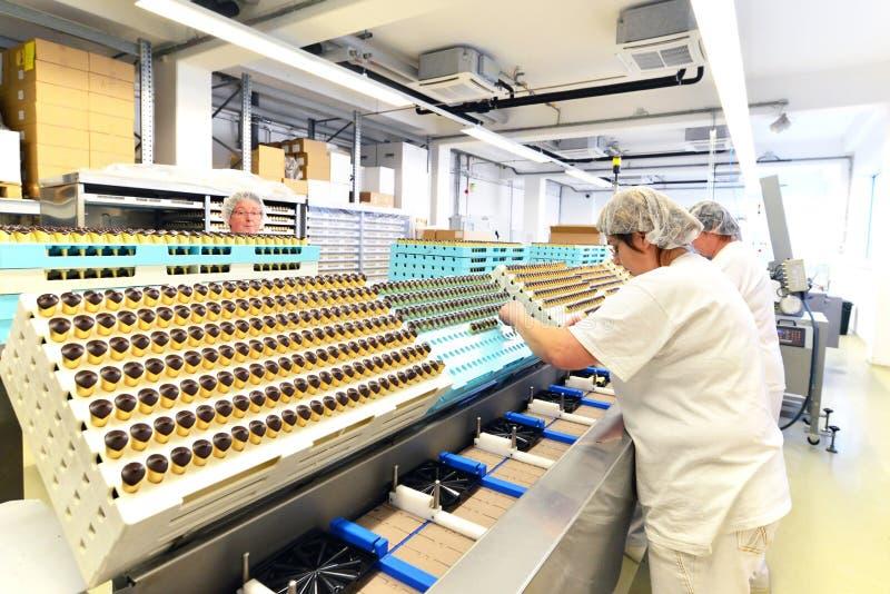 Productie van pralines in een fabriek voor de voedselindustrie - conv royalty-vrije stock foto