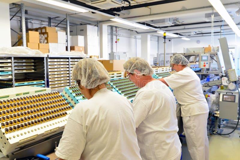 Productie van pralines in een fabriek voor de voedselindustrie - conv stock fotografie