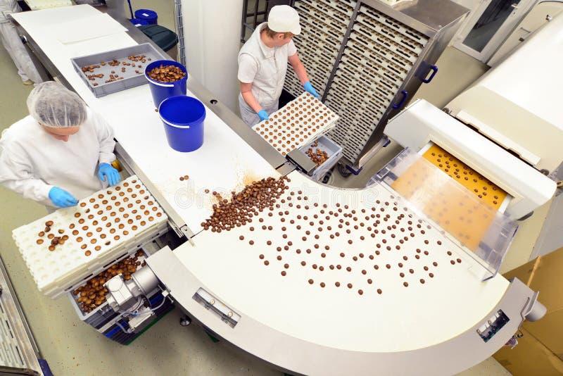 Productie van pralines in een fabriek voor de voedselindustrie - conv royalty-vrije stock afbeeldingen