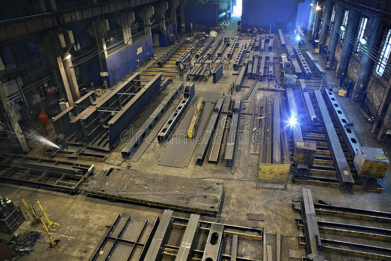 Productie van staalstralen voor bouwgebouwen en bruggen stock foto's