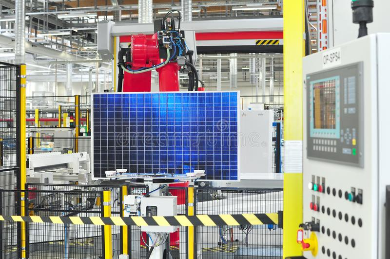Productie van zonnecellen in een high-tech fabriek worden geassembleerd die stock afbeeldingen