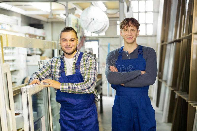 Productiearbeiders in overtrek stock foto's