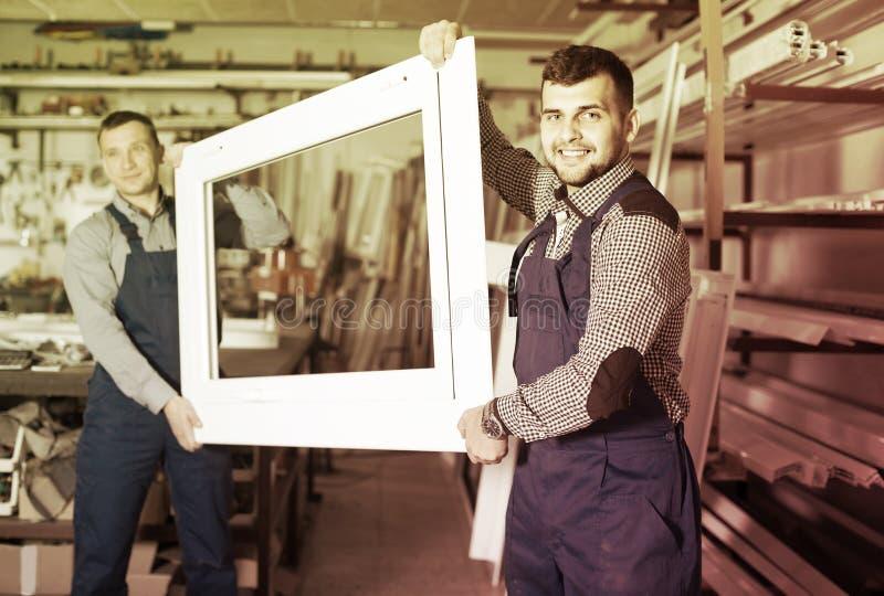 Productiearbeiders in overtrek met verschillend gebeëindigd pvc pro royalty-vrije stock foto's