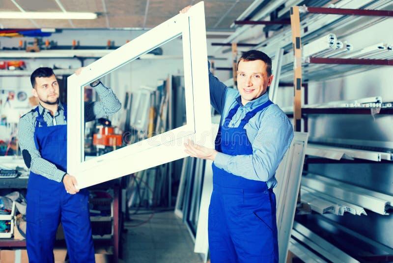 Productiearbeiders in overtrek met verschillend gebeëindigd pvc pro royalty-vrije stock afbeelding