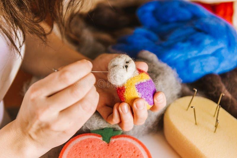 Productieproces van wol zacht speelgoed stock foto's