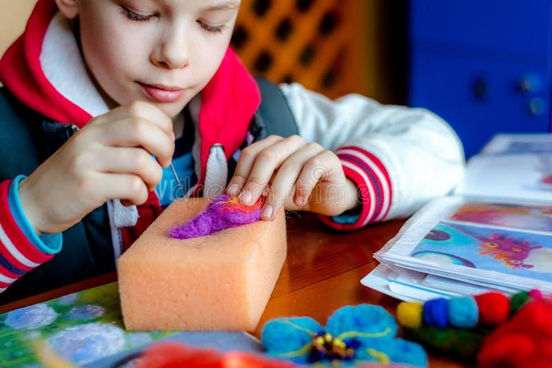 Productieproces van wol zacht speelgoed Viltbekledingsactiviteit stock afbeelding