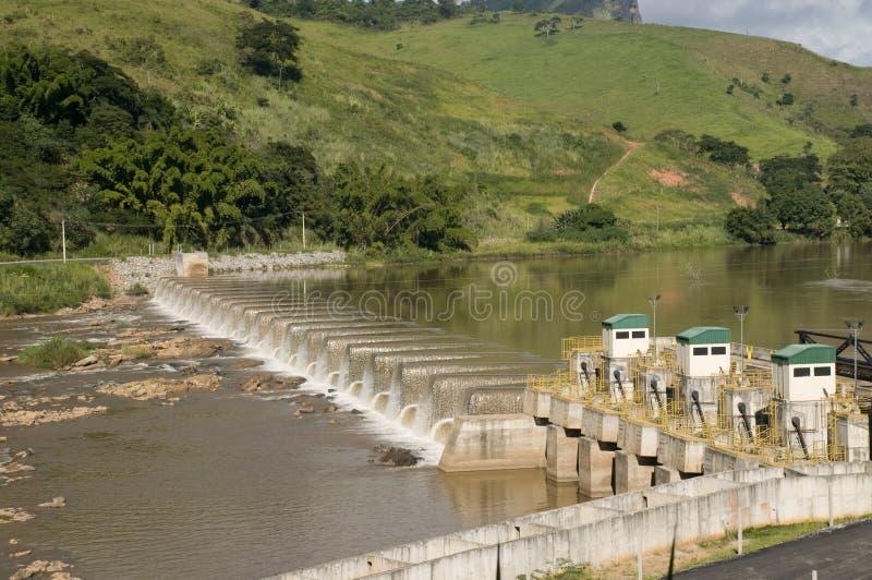 Production énergétique : centrale d'énergie hydroélectrique photo libre de droits