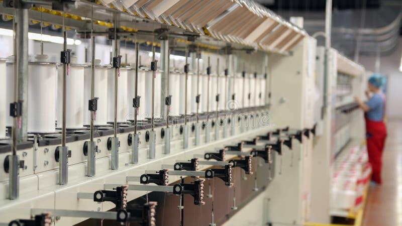 Production automatisée de fil à l'usine de textile moderne photos stock