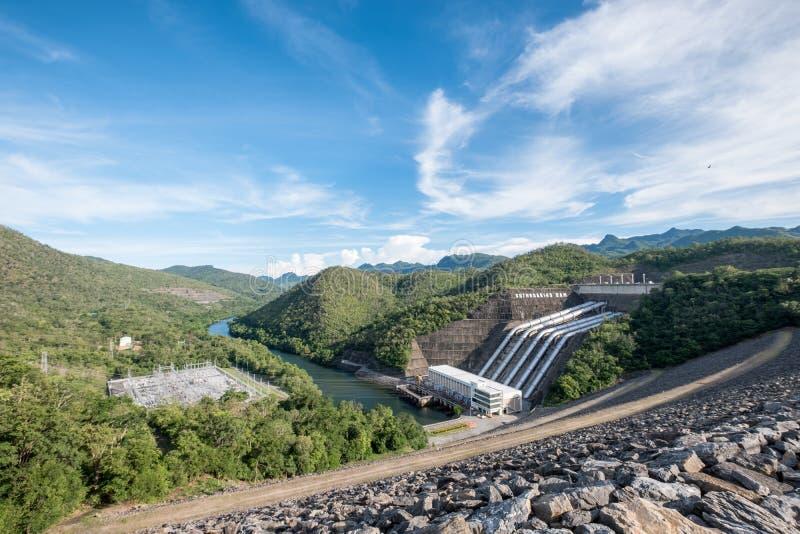 Production d'électricité de centrale sur le srinakarin de barrage en vallée a photographie stock