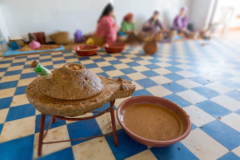 Production d'huile d'argan au Maroc image stock