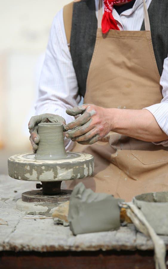 production d'un pot avec de l'argile photographie stock