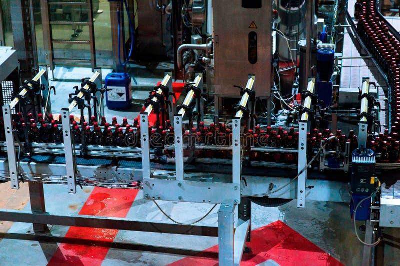 Production de bière de bouteille images libres de droits