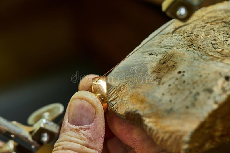 Production de bijoux L'utilisation de bijoutier a vu pour cr?er des bijoux images stock
