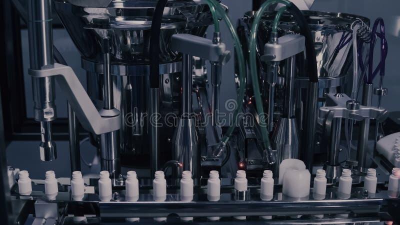 Production de drogue Fioles m?dicales sur la ligne pharmaceutique de fabrication Ampoules médicales sur la chaîne de production a photo libre de droits