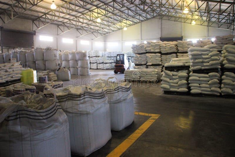 Production de sel à une usine de l'Océan Atlantique sur la côte près de la baie de Walvis, Namibie Sacs de sel en stock image libre de droits