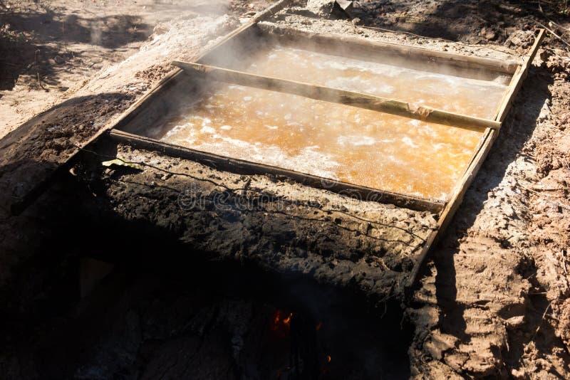 Production de sel par l'ébullition photo stock