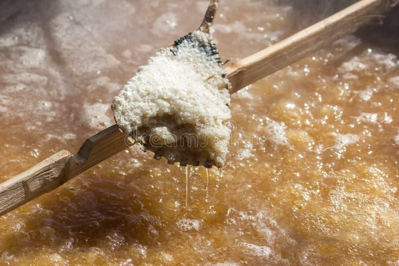 Production de sel par l'ébullition photos libres de droits