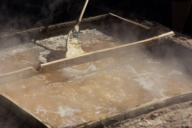 Production de sel par l'ébullition images libres de droits