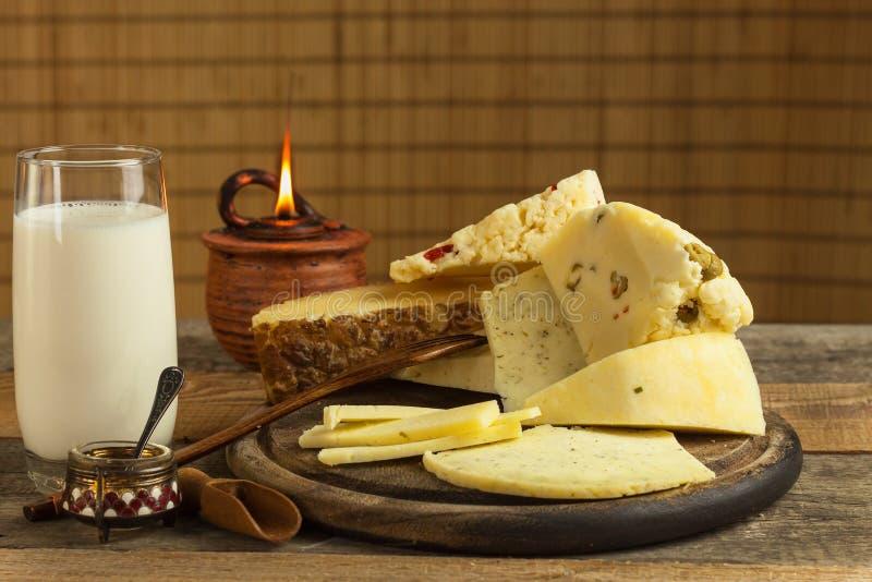 Production des fromages à la ferme Différents types de fromage fait maison image stock
