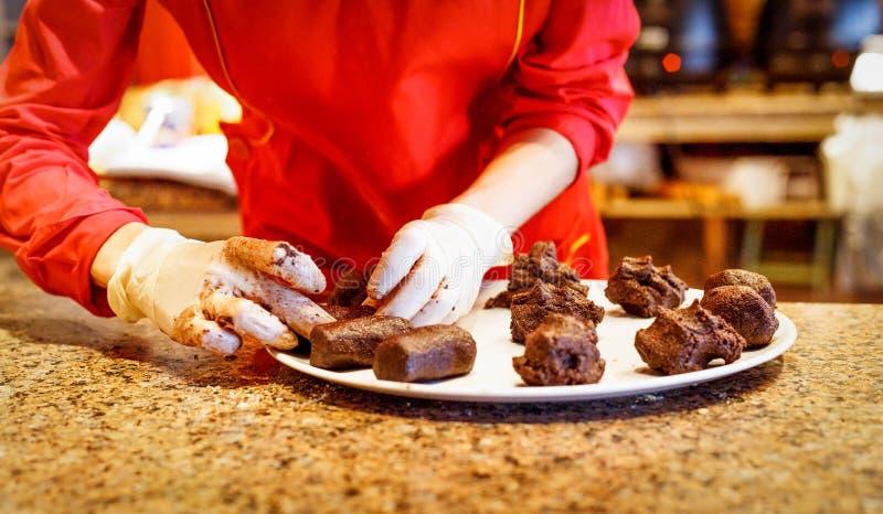 Production des gâteaux faits maison des biscuits et du beurre images libres de droits