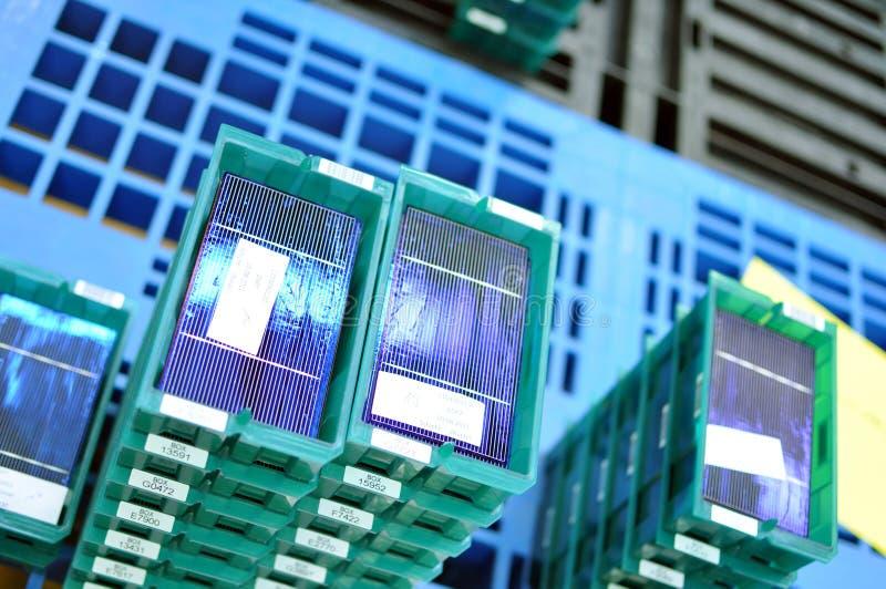 Production des piles solaires - modules de gaufrette pour l'assemblage final image libre de droits