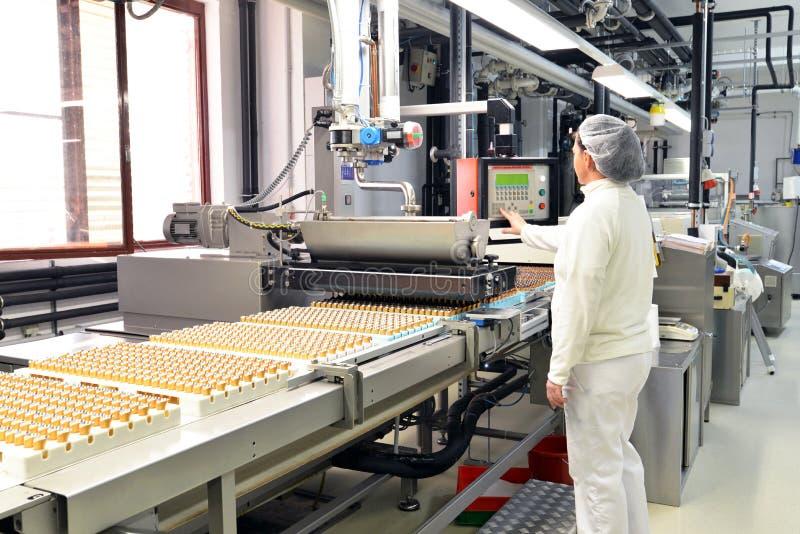 Production des pralines dans une usine pour l'industrie alimentaire - conv photo stock