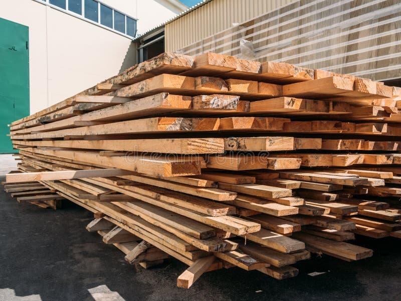 Production en bois empilée de bois de construction de pin, planches de bois dur pour la fabrication industrielle photo libre de droits