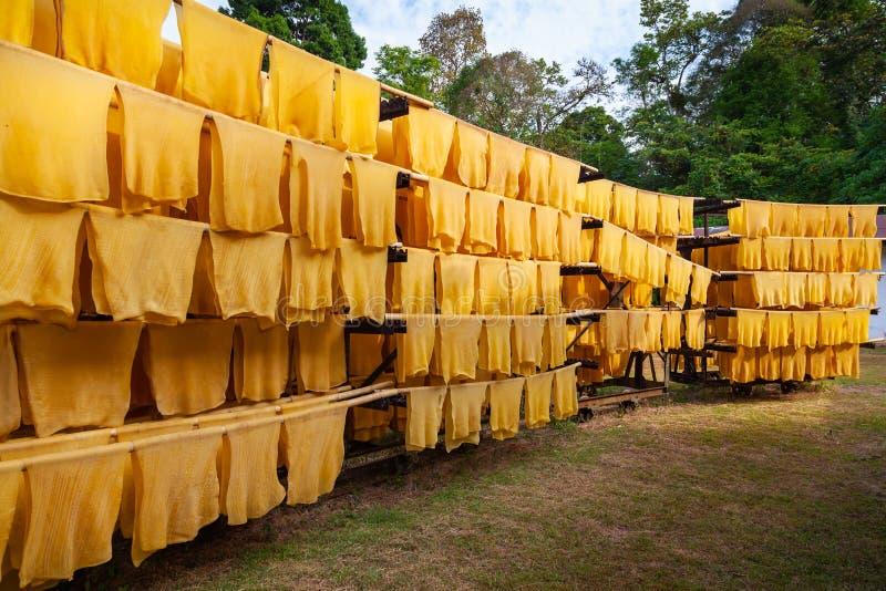 Production en caoutchouc, bois de construction de procédé de boulangerie avec l'énergie solaire photo stock