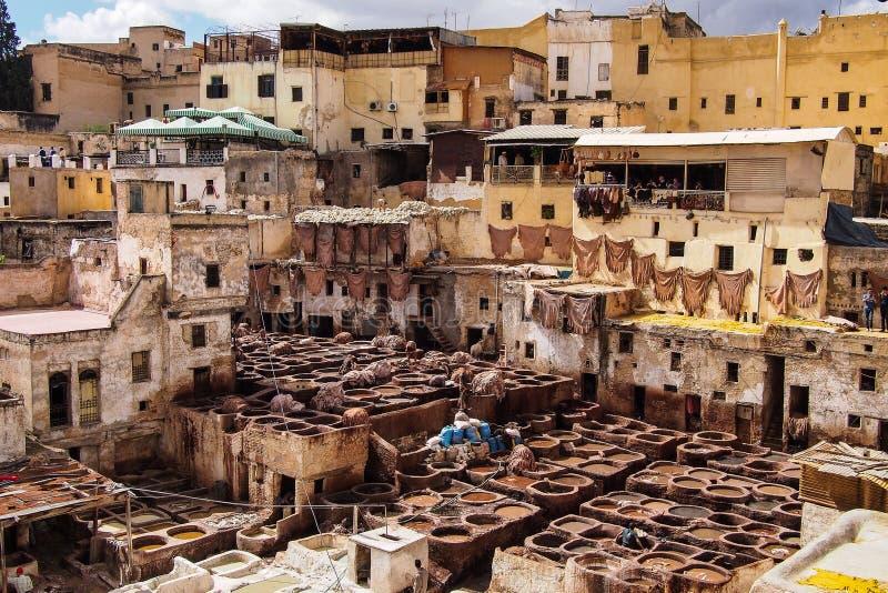 Production en cuir traditionnelle dans la vieille ville Fes, Maroc photos libres de droits