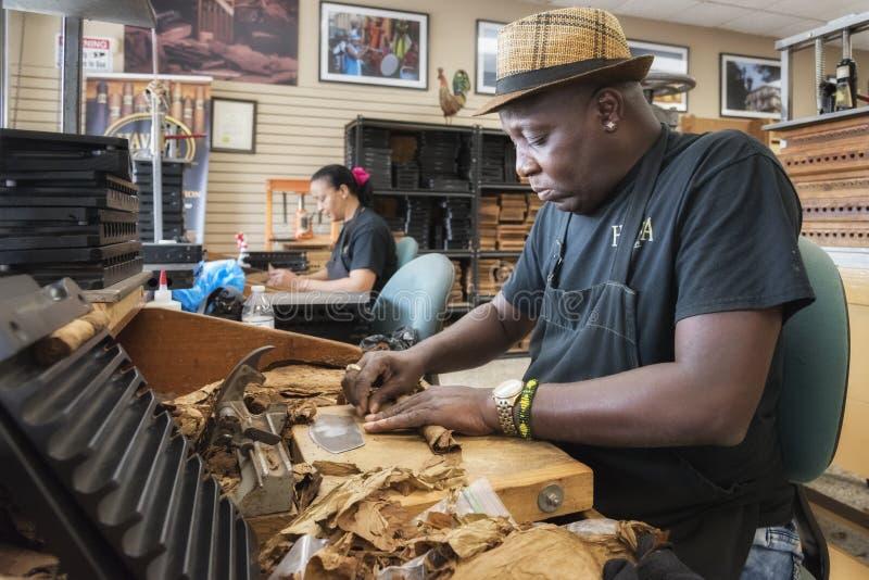Production fabriquée à la main de cigares dans peu de secteur de La Havane, Miami, la Floride photographie stock