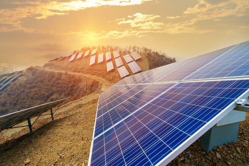 Production moderne ? ?nergie solaire de courant ?lectrique images stock