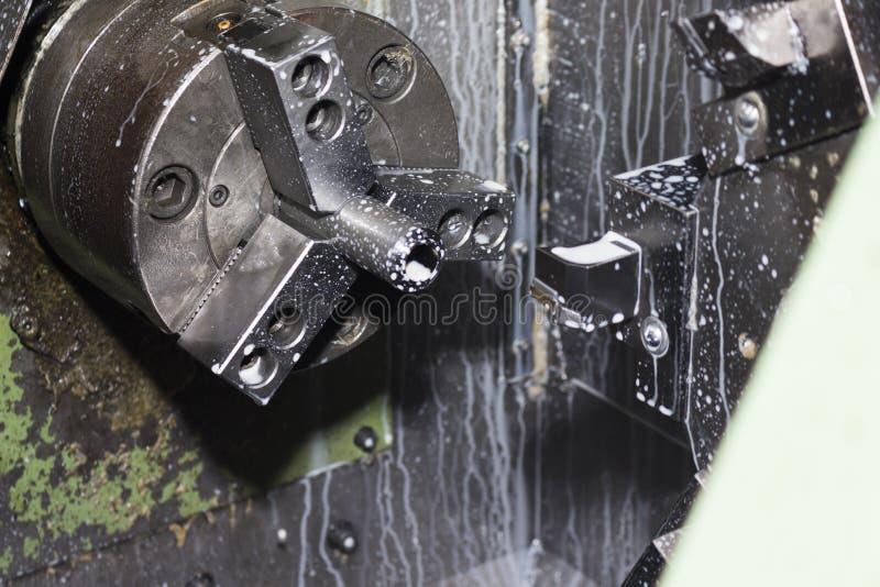 producto afianzado con abrazadera en máquina del torno del CNC foto de archivo libre de regalías