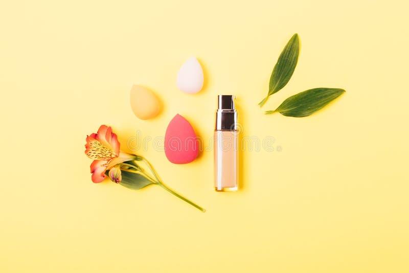 Producto de maquillaje para incluso la tez y las esponjas de mezcla profesionales foto de archivo libre de regalías