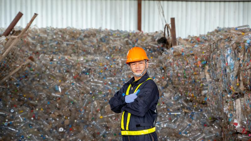 Producto plástico reciclado control del ingeniero la planta del reciclaje de residuos fotos de archivo libres de regalías