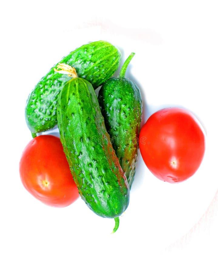 Producto-veh?culos frescos de vegetables dos tomates y tres pepinos preparados para hacer la ensalada imagen de archivo