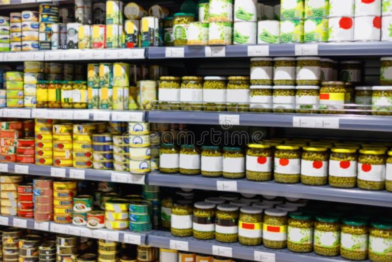 Productos alimenticios de comida enlatada interiores de la visión en tienda de la conservación en cámara frigorífica fotografía de archivo