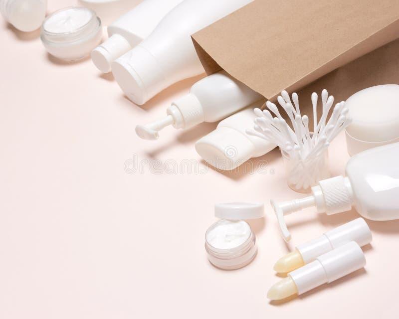 Productos cosméticos con el bolso de la mercancía del papel de Kraft, espacio de la copia imagen de archivo libre de regalías