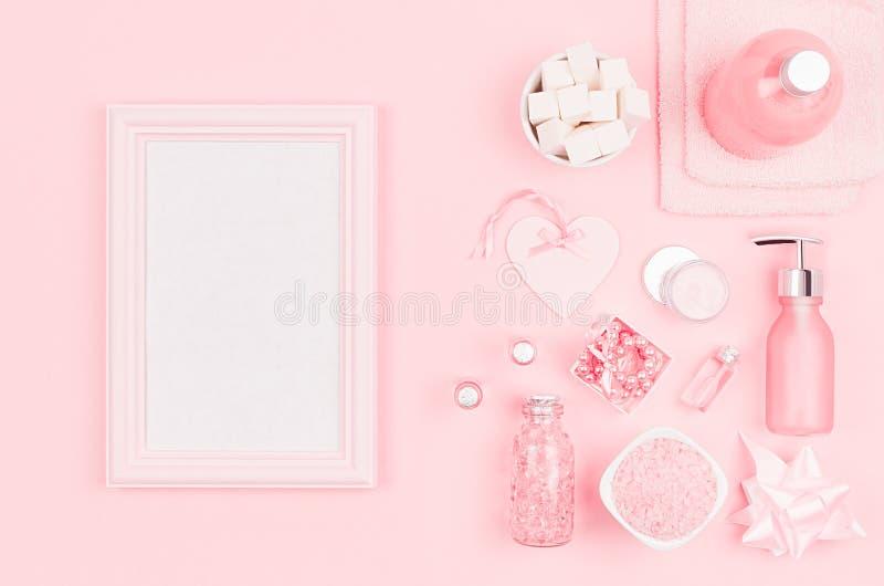 Productos cosméticos para el cuarto de baño, la salud y la higiene en estilo de niña moderno con el marco de madera en blanco par fotos de archivo