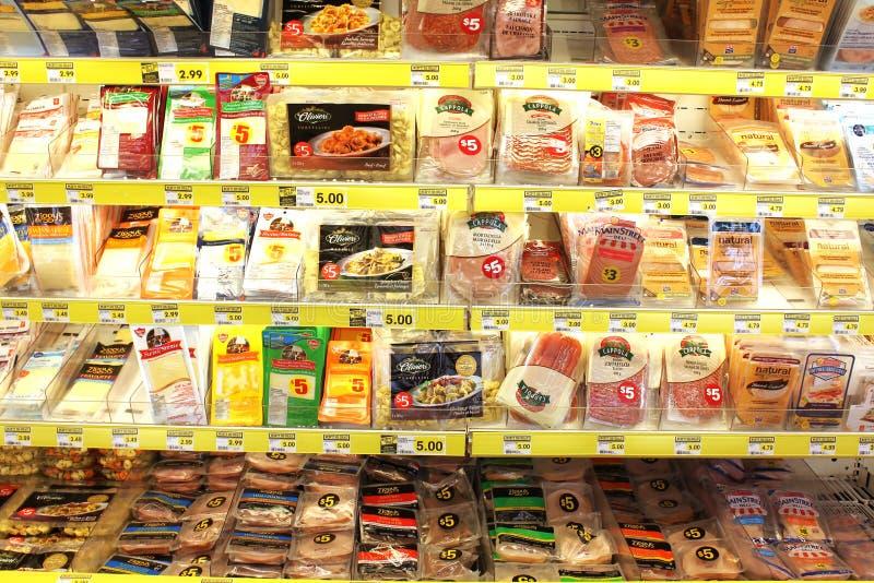 Productos de carne procesados en colmado fotografía de archivo