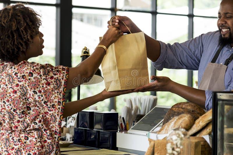 Productos de compra de la panadería del cliente negro foto de archivo