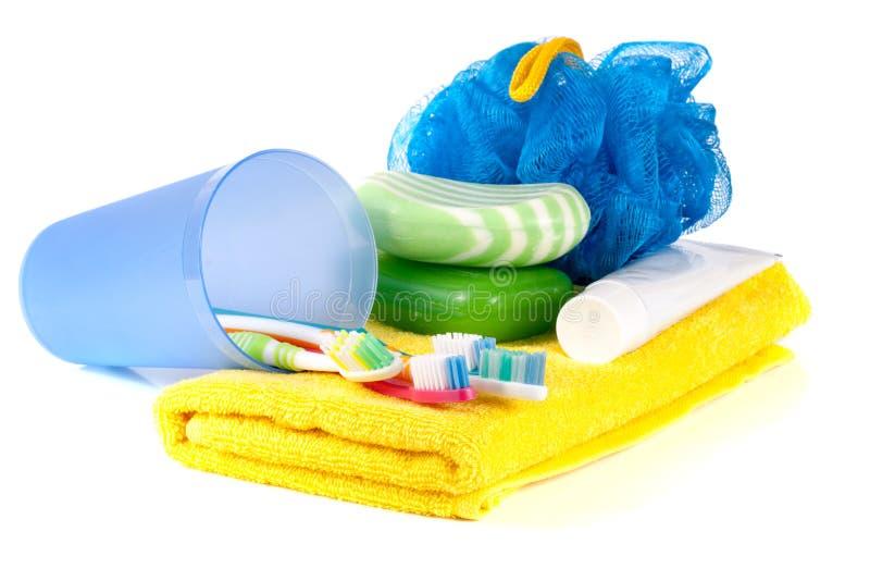 Productos de higiene: jabón, cepillo de dientes y goma, lufa, toalla aislada en el fondo blanco fotos de archivo libres de regalías