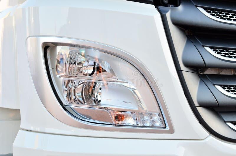 Productos de iluminación frontales para los vehículos de la en-carretera, que incluye luces corrientes y modelos diurnos integrad libre illustration
