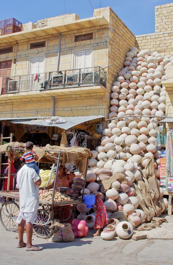 Productos de la cerámica en el mercado en Jaisalmer, Rajasthán, la India fotos de archivo libres de regalías