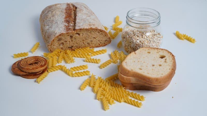 Productos de la harina de trigo con el gluten Pastas, pan, harina de avena fotografía de archivo