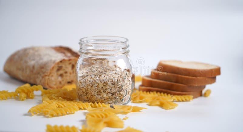 Productos de la harina de trigo con el gluten Pastas, pan, harina de avena foto de archivo