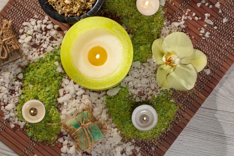 Productos de la naturaleza del balneario Sal del mar, manzanilla, jabón y aceite aromático fotografía de archivo libre de regalías